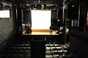Blick von oben auf den Zuschauerraum und die Bühne im Kulturladen Konstanz