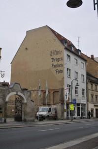 alte Werbung auf einer Hauswand: Drogen, Farben, Foto
