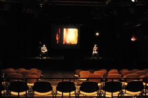 Blick auf die Bühne durch den Zuschauerraum