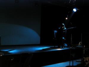 Moana auf einer dunklen Bühne, vom Spot angestrahlt