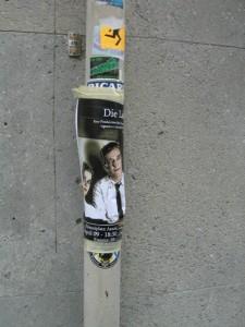 """Plakat """"Die Lichtung"""" an einem Laternenpfahl"""