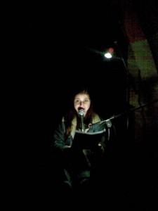 Moana in völliger Dunkelheit, von vorne angestrahlt
